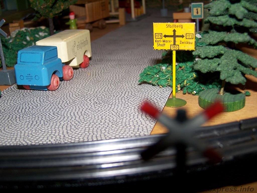Trix express wegweiser aus blech und modellauto aus holz